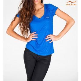T-shirt azul com gola em V...