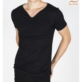 T-shirt preto com gola em...
